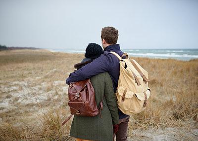 Paar am Strand - p1124m904585 von Willing-Holtz