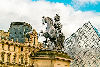 Reiterstatue König Ludwig XIV mit Glaspyramide und Louvre - p1332m1502732 von Tamboly