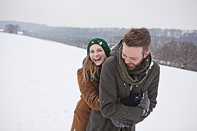 Couple in the snow - p586m766906 by Kniel Synnatzschke