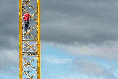 Man on a crane - p829m2295707 by Régis Domergue