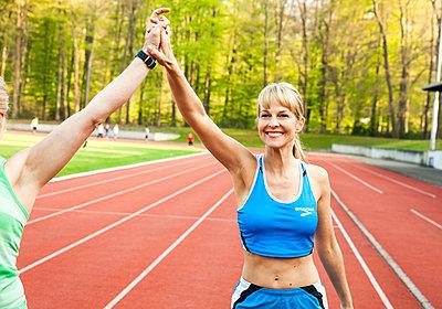Sportliche Frau - p904m1031349 von Stefanie Päffgen