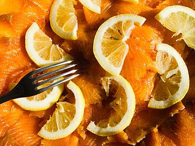 Salmon with lemon slices - p1418m1572498 by Jan Håkan Dahlström