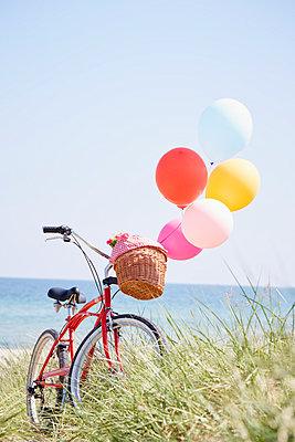 Fahrrad und Luftballons - p464m1040744 von Elektrons 08