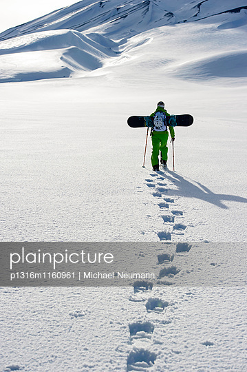 Snowboarder mit Schneeschuhen steigt auf, Skigebiet Corralco, Lonquimay, Araukanien, Chile - p1316m1160961 von Michael Neumann