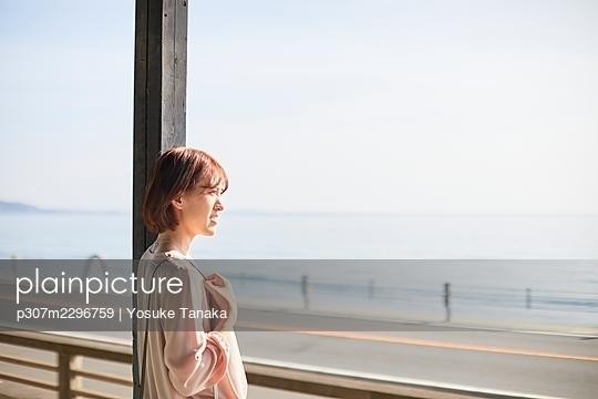 Young Japanese woman at the station - p307m2296759 by Yosuke Tanaka