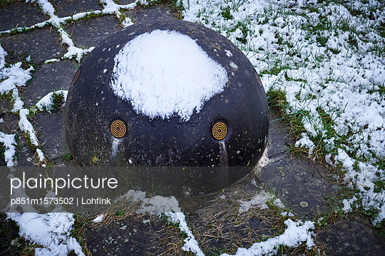 Schneebedeckter Stein als Gesicht - p851m1573502 von Lohfink