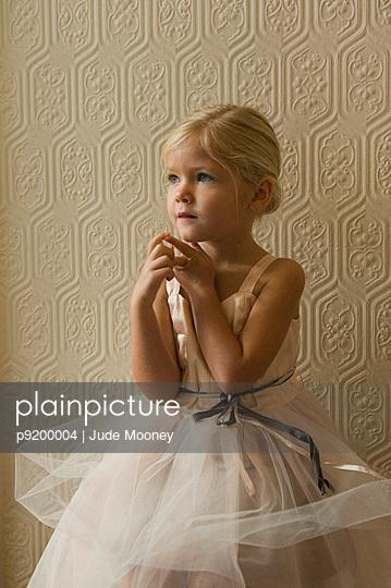 Kleines Mädchen im Tüllkleid - p9200004 von Jude Mooney