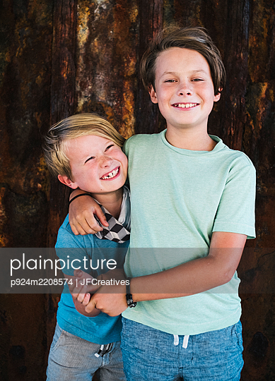 Portrait of two smiling boys, arm around shoulder, looking at camera. - p924m2208574 by JFCreatives