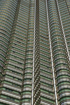 Petronas Tower full frame - p1166m2137890 by Cavan Images