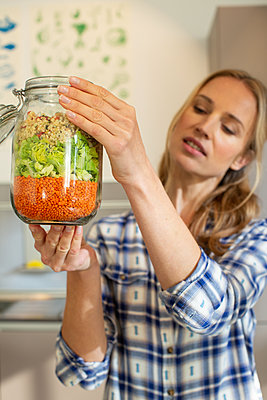 Salad in a jar - p1678m2258858 by vey Fotoproduction