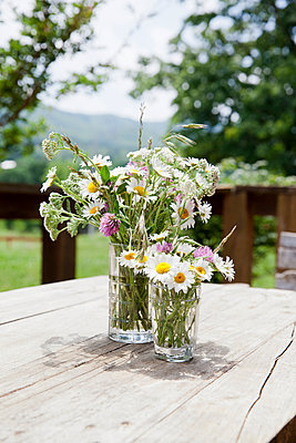 Bouquet of wild flowers on table - p956m1044360 by Anna Quinn