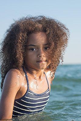 Girl in the sea - p1323m2023066 von Sarah Toure