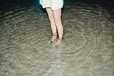 Mit Schuhen im Wasser - p750m2116679 von Silveri