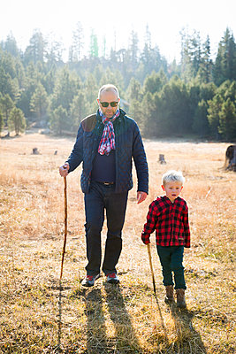 Father and son at Yosemite National Park - p756m1496096 by Bénédicte Lassalle