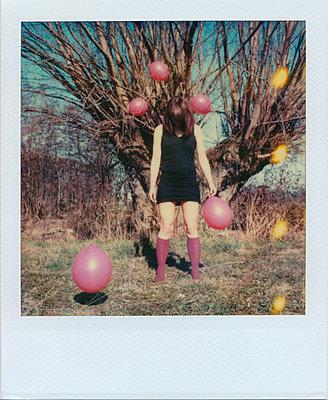 Frau mit Luftballons - p979m1211440 von Rumbach, Jennifer