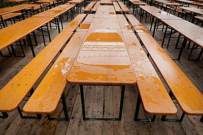Biergarten im Regen - p1149m995681 von Yvonne Röder