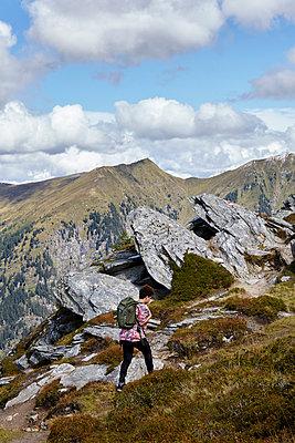 Woman hiking - p117m1132537 by Katja Nitsche