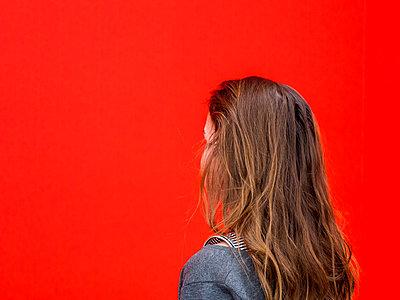 Kind vor roter Wand - p318m2087121 von Christoph Eberle