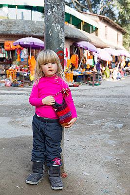 Deutsches Kind in Nepal - p505m1147154 von Iris Wolf