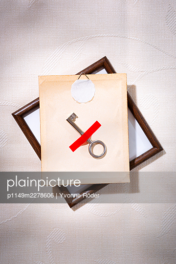 Hiding key on the back of a picture frame - p1149m2278606 by Yvonne Röder