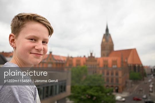 Teenager über der Stadt - p1222m1154581 von Jérome Gerull