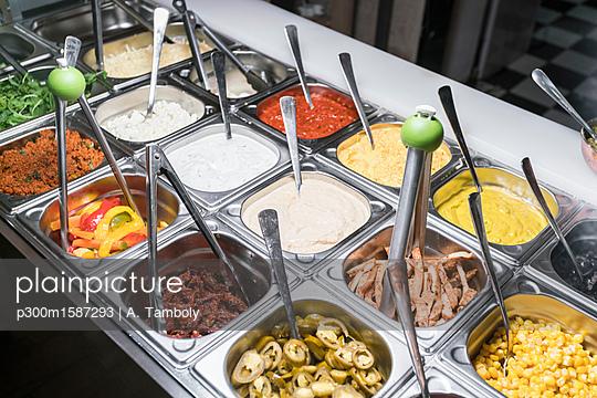 Refrigerated counter in a vegan restaurant - p300m1587293 von A Tamboly