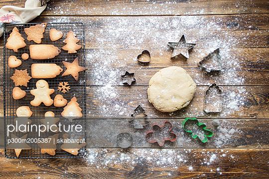 Baking gingerbread cookies - p300m2005387 von skabarcat