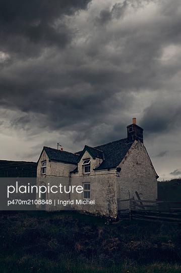 Derelict farmhouse in Scotland - p470m2108848 by Ingrid Michel