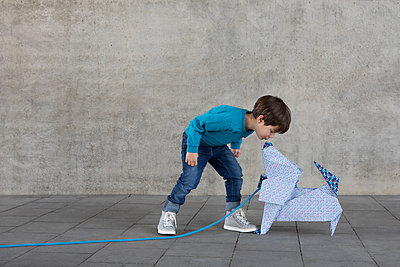Little boy kissing origami dog - p300m2012944 von Petra Stockhausen