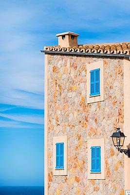 Blaue Fensterläden - p488m1563693 von Bias