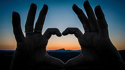 Hands forming a heart at sunset - p829m1110839 by Régis Domergue
