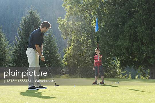 plainpicture - plainpicture p1315m1565181 - Father and son playing golf... - plainpicture/Wavebreak