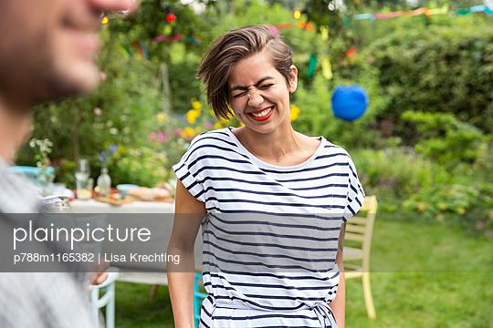 Junge Frau auf einer Gartenparty - p788m1165382 von Lisa Krechting