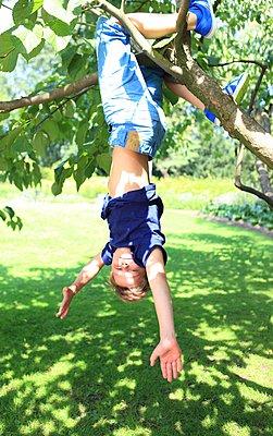 Spaß im Baum - p045m1064537 von Jasmin Sander