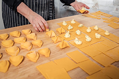 Woman preparing ravioli - p312m2262764 by Plattform