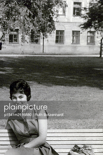 Young woman on a park bench - p1541m2116880 by Ruth Botzenhardt