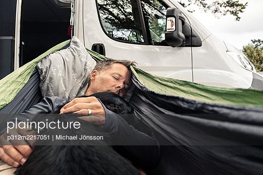 Man sleeping in tent - p312m2217051 by Michael Jönsson