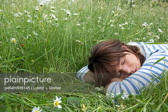 Nickerchen im Freien - p454m939145 von Lubitz + Dorner