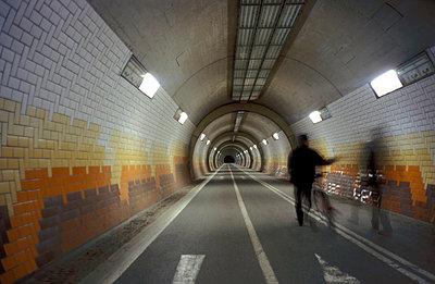 Mann im Tunnel - p0190078 von Georg Kühn