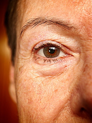 Ältere Frau mit Blick - p1092m1112940 von Rolf Driesen