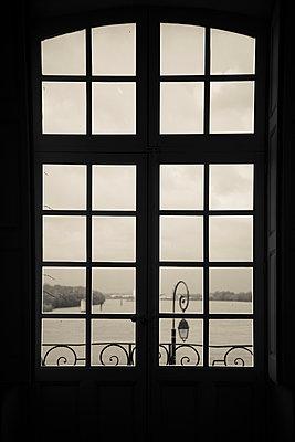 Blick durch ein Fenster, Arles - p1170m967821 von Bjanka Kadic