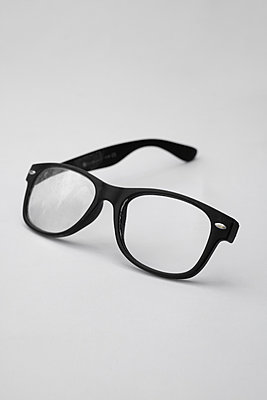 Broken glasses - p1228m1590314 by Benjamin Harte