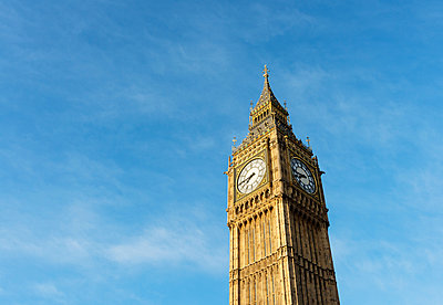 Big Ben against blue sky, London, UK - p429m1135164f by Mischa Keijser