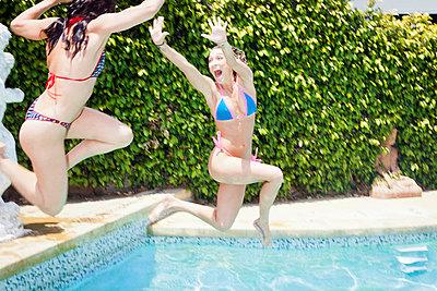Two women having fun together - p930m814915 by Ignatio Bravo