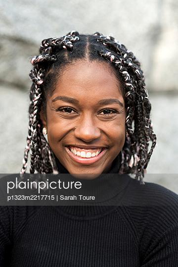 portrait of a young woman with braids - p1323m2217715 von Sarah Toure