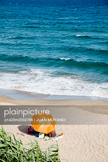 Family on the beach - p1423m2092786 by JUAN MOYANO