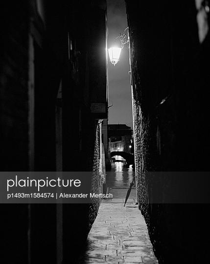 Gasse am Canal Grande bei Nacht, Venedig - p1493m1584574 von Alexander Mertsch