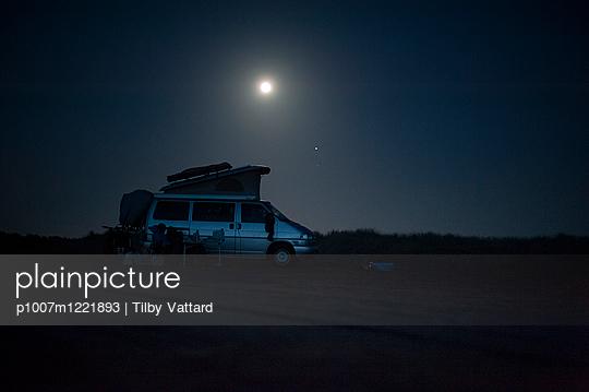 Camping van at night on beach - p1007m1221893 by Tilby Vattard