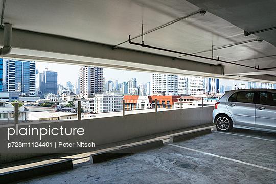 Parkhaus mit Ausblick auf Bangkok - p728m1124401 von Peter Nitsch