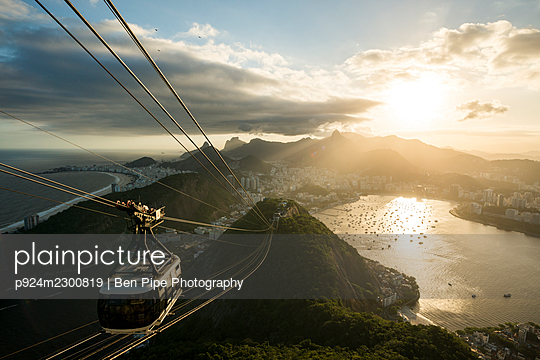Brazil, Rio de Janeiro, Cable car on Sugarloaf Mountain at sunset - p924m2300819 by Ben Pipe Photography